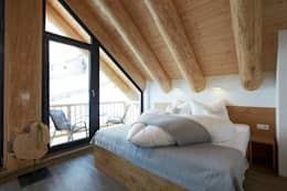 Blockhäuser: ausgefallene Schlafzimmer von eb Massivhaus Deutschland GmbH