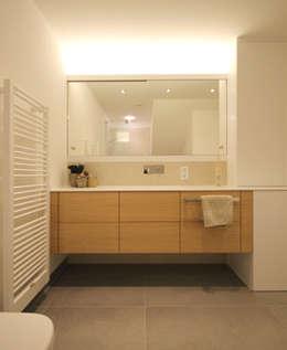 Badezimmer / Waschtisch: moderne Badezimmer von eswerderaum