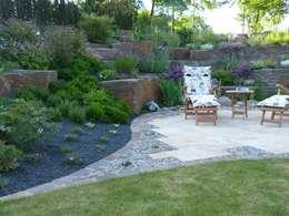 Eine kleine Terrasse lädt zum Verweilen ein.:  Steingarten von Gärten für Auge und Seele