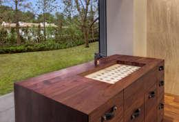 Rancho San Francisco: Baños de estilo  por Lopez Duplan Arquitectos