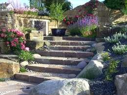 Treppe in den hinteren Garten: mediterraner Garten von Gärten für Auge und Seele