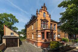 Ansicht Villa Viktoria mit Kutscherhaus: klassische Häuser von Wohnwert Innenarchitektur
