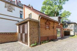 Ansicht Kutscherhaus der Villa Viktoria: klassische Garage & Schuppen von Wohnwert Innenarchitektur