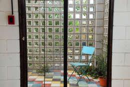 Casa La Blanca : Jardines de invierno de estilo industrial por MULA.Arquitectos