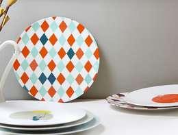 """Assiette motif graphique """"Les Pieds dans l'eau"""": Salle à manger de style de style eclectique par Petits Grains"""