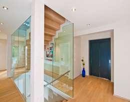 moderne Gang, hal & trappenhuis door Bau-Fritz GmbH & Co. KG