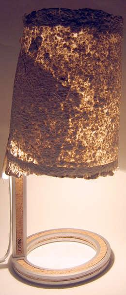 Lampe Cork éclairée: Bureau de style de style Minimaliste par Kaksi design