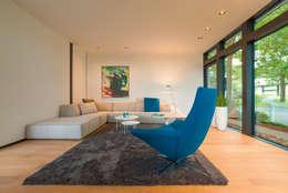 Salas de estar modernas por HUF HAUS GmbH u. Co. KG
