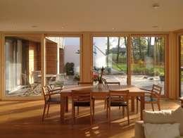 PLUS-Energie-Passivhaus: moderne Esszimmer von benthaus|architekten
