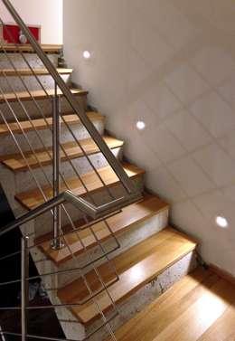 PLUS-Energie-Passivhaus: moderner Flur, Diele & Treppenhaus von benthaus|architekten