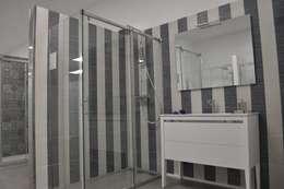 Baños de estilo moderno por MAMPARAS SANTANDER