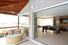 โรงรถและหลังคากันแดด by Graça Brenner Arquitetura e Interiores