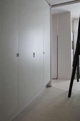 moderne Kleedkamer door Miaow Design
