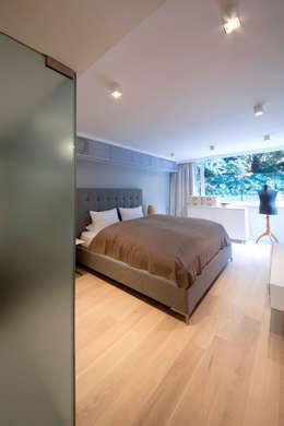 MJ's RESIDENCE: minimalistic Bedroom by arctitudesign