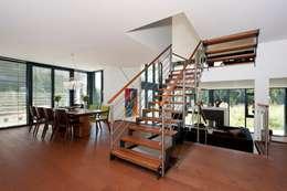Vestíbulos, pasillos y escaleras de estilo  por Bau-Fritz GmbH & Co. KG