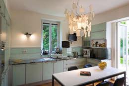 Un écrin pour oeuvres d'art: Cuisine de style de style Moderne par Agence d'architecture intérieure Laurence Faure