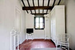 Tenuta Il Molinetto_Home Staging: Camera da letto in stile in stile Rustico di Archenjoy - Studio di Architettura -
