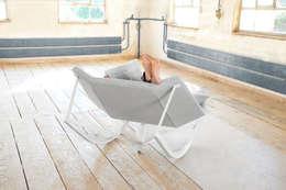 SWAY - Schaukelsessel: moderne Wohnzimmer von Markus Krauss
