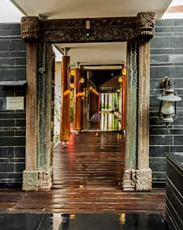 G Farm House:  Corridor & hallway by Kumar Moorthy & Associates