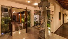 Pasillos y recibidores de estilo  por Kumar Moorthy & Associates