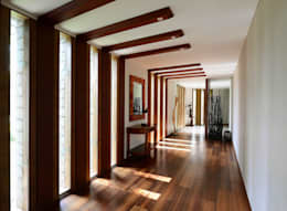 PRIVATE RESIDENCE AT KERALA(CALICUT)INDIA:  Corridor & hallway by TOPOS+PARTNERS