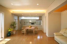 Livings de estilo moderno por 株式会社 U建築研究所