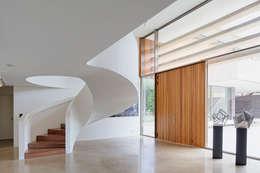 Pasillos y recibidores de estilo  por HILBERINKBOSCH architecten