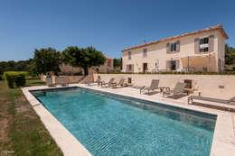 Villa contemporain: Maisons de style de style eclectique par Pixcity
