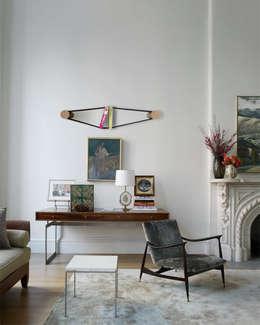 Elastico Bookcase: Studio in stile in stile Moderno di Arianna Vivenzio