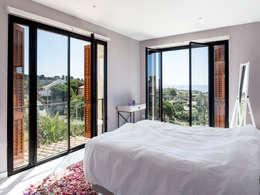 Camera da letto in stile in stile Mediterraneo di 08023 Architects