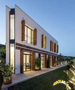 Projekty, śródziemnomorskie Domy zaprojektowane przez 08023 Architects