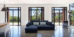 Soggiorno in stile in stile Mediterraneo di 08023 Architects