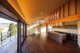 玄燈舎: 傳寶慶子建築研究所が手掛けたリビングです。