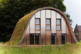 La maison vague, comme un terrain vague en été: Maisons de style de style eclectique par Patrick Nadeau