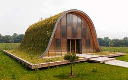La maison vague, comme un terrain vague en été: Maisons de style de style Moderne par Patrick Nadeau