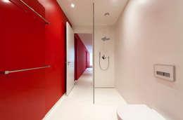 East West Villa: moderne Badkamer door 123DV Moderne Villa's
