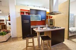 London: Cucina in stile in stile Moderno di fratelli saiu