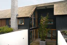Zicht op souterrain: moderne Huizen door Kwint architecten