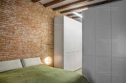 Restaurar vivienda en finca gótica: Dormitorios de estilo rural de Torres Estudio Arquitectura Interior