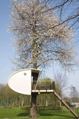Boomhut in bloeiende kersenboom: moderne Slaapkamer door Atelier Dutch