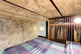MOB ARCHITECTS: endüstriyel tarz tarz Yatak Odası
