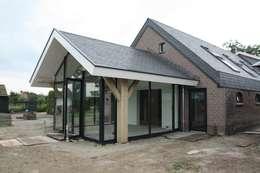 Verbouw van een stal: moderne Serre door Architectenbureau Jules Zwijsen