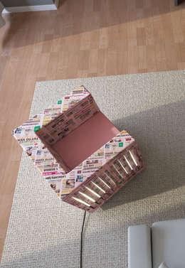 News Paper Chair: Soggiorno in stile in stile Moderno di Designer