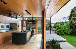 Cucina in stile in stile Moderno di Dorrington Atcheson Architects