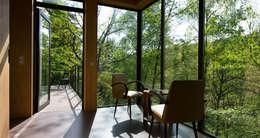 LES CABANES DE SALAGNAC: Terrasse de style  par AGENCE APOLLINE TERRIER
