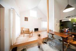 秦野ハウス Hadano House: straight design labが手掛けたリビングです。