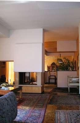 Particolare soggiorno camino :  in stile  di Gianni Maria Giaccone