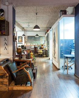 Cabinas tatuajes: Espacios comerciales de estilo  de ACABADOMATE