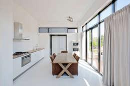 Villa Nieuw Oosteinde: moderne Keuken door Engel Architecten