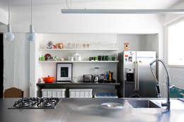 Cocinas de estilo ecléctico por Mauricio Arruda Design